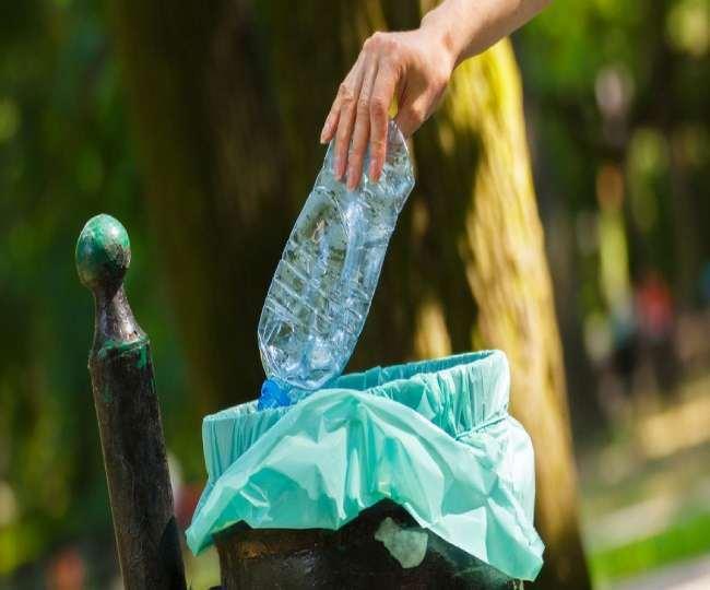 निगम प्लास्टिक कचरा और मलबे को साफ करवा रहा है।