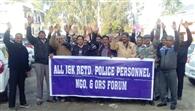 सेवानिवृत्त पुलिस कर्मियों ने किया प्रदर्शन