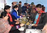गरीबों का पेट भर रही 'आपकी रसोई' को मिले निवाला