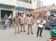 मुनादी के साथ पुलिस ने चस्पा किए तीन वांछितों के कुर्की वारंट