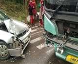 पालमपुर से दिल्ली जा रही वॉल्वो बस और गाड़ी के बीच जोरदार भिड़ंत, कार सवार तीन शिक्षक घायल