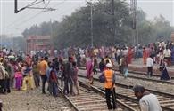 फुट ओवरब्रिज न होने से रेलवे लाइन पार करते दिखे श्रद्धालु