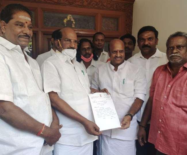 पुडुचेरी में सियासी संकट के बीच कांग्रेस के एक और विधायक ने अपने पद से इस्तीफा दे दिया है।