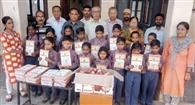 भारतीय जागृति मंच ने जरूरतमंद बच्चों को बांटे फल व कॉपियां