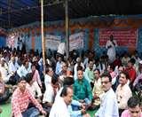 प्राथमिक शिक्षक संघ ने राजभवन के पास दिया धरना, मांगें नहीं मानने पर चुनाव बहिष्कार की चेतावनी