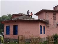 आधार व वोटर कार्ड लिक करने को छत पर तलाश रहे नेटवर्क