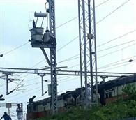 रेलवे के इलेक्ट्रिक खंभे में चढ़ा वृद्ध