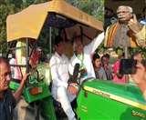 Haryana Assembly Election 2019: CM मनोहर साइकिल तो दुष्यंत ट्रैक्टर से पहुंचे मतदान करने