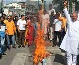 उत्पीड़न के विरोध में कांग्रेस ने सरकार और एमडीडीए का पुतला फूंका Dehradun News