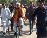 Haryana Assembly Election 2019: तस्वीरों में देखें किस दिग्गज ने कहां किया मतदान, कोई साइकिल तो कोई ट्रैक्टर पर पहुंचा