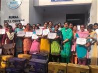 101 महिलाओं को मुफ्त सिलाई मशीनें दी