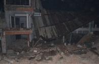 जर्जर इमारत पड़ोसी की छत पर गिरी, दंपती घायल