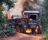 आदिवासी बच्चों के आश्रम तक बनाई जा रही थी सड़क, नक्सलियों ने वाहनों में लगा दी आग
