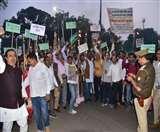 हाथ में मशाल लेकर सड़कों पर उतरे हजारों राज्य कर्मी, जुलूस निकाल दिलाई समझौतों की याद Lucknow News