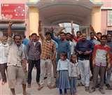 नहीं आया मासूमों पर तरस, फीस के लिए स्कूल प्रबंधन ने गेट के बाहर किया खड़ा Kanpur News
