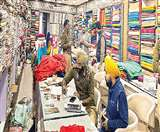 शॉल ओढ़कर आईं 15 महिलाओं ने शोरूम का शटर उखाड़ चुराए 30 लाख के कपड़े Ludhiana News