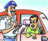 ई-चालान होने पर पुलिस से भिड़ गई शिक्षक की मां, राहगीरों ने बनाया वीडियो Kanpur News