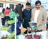 दयाल सिंह कॉलेज में कचरे से बने सामान की लगाई गई प्रदर्शनी देख कर सबने कहा - 'वाह'