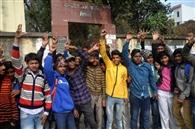 वसूली को लेकर छात्रों ने मारवाड़ी हाईस्कूल में की तोड़फोड़, बवाल