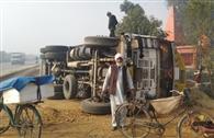 अंडा लदा ट्रक पलटा, चालक-खलासी बचे