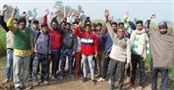 मार्ग की बदहाली को लेकर ग्रामीणों का प्रदर्शन