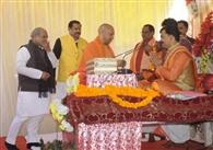 मुख्यमंत्री योगी पहुंचे प्रतापगढ़ के करमाही गांव, लिया महाप्रसाद