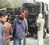 सोनभद्र में अनियंत्रित ट्रेलर मारकुंडी घाटी में पलटने से खलासी की मौत, चालक गंभीर रूप से जख्मी