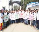 दवा दुकान बंदी के विरोध में सड़क पर उतरे फार्मेसी के छात्र, बताया लोगों के हित के खिलाफ