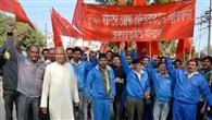 जल संस्थान कर्मियों ने रैली निकालकर किया प्रदर्शन