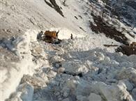 बीआरओ के डोजर पर गिरी चट्टान