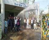 DEO कार्यालय पर विरोध जता रहे शिक्षकों पर पानी की बौछार, पुलिस ने कई को लिया हिरासत में