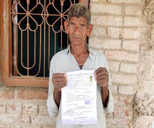 Old Age Pension Jharkhand News गांव के अंडा दुकान पर मिला पेंशन का आवेदन पत्र दिखाते मुखलाल साव। जागरण