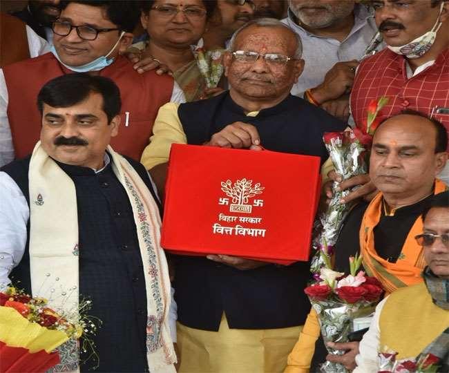 बिहार के वित्त् मंत्री तारकिशोर प्रसाद विधान सभा में बजट पेश करने पहुंचे। जागरण फोटो ।