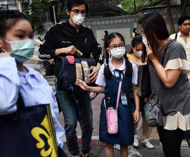 देश में कोरोना संक्रमण के बढ़ते मामलों की मार स्कूलों पर पड़ी है।