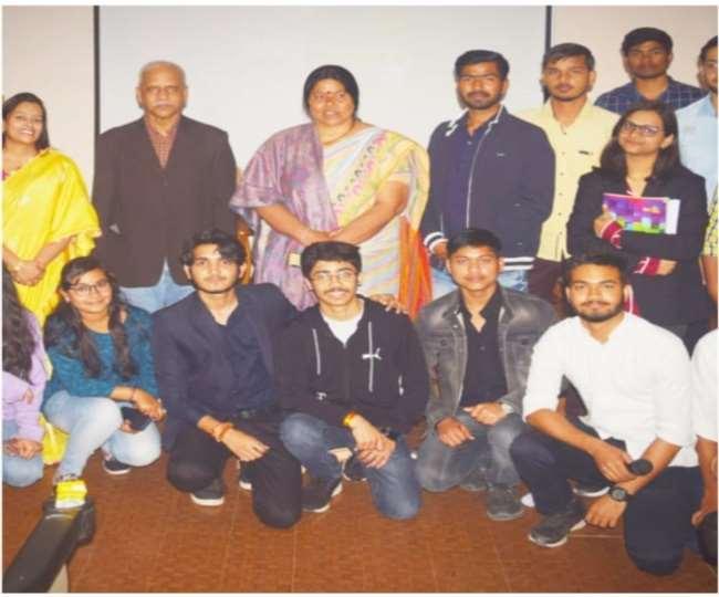 जीएलए में आयोजित डिबेट में भाजपा जिलाध्यक्ष मधु शर्मा, प्रो. पंचानन मोहंती, डा. दिव्या गुप्ता व अन्य।
