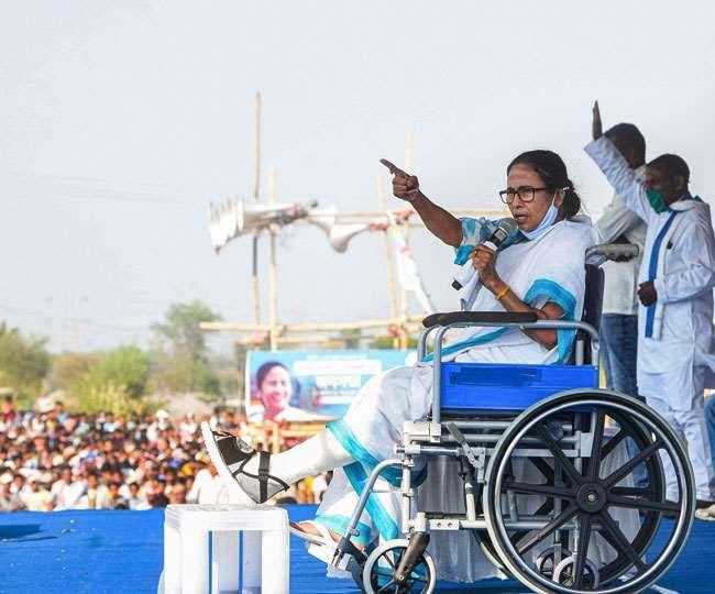 बांकुड़ा जिले में कोतुलपुर में एक रैली को संबोधित करते हुए बंगाल की मुख्यमंत्री ममता बनर्जी