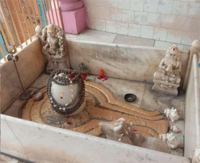 वाराणसी में गंगा तट स्थित शीतला घाट पर बना पाकिस्तान महादेव मंदिर।