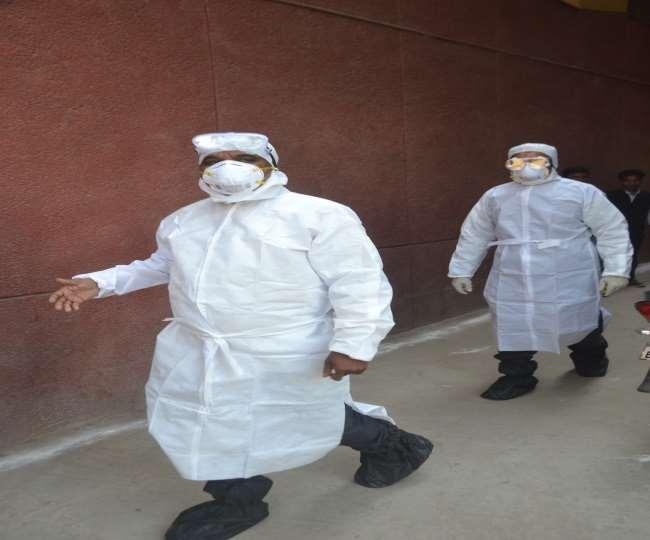आगरा जिला अस्पताल में कोरोना मरीजों की जांच को जाती टीम।
