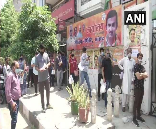 भाजपा सांसद गौतम गंभीर के कार्यालय के बाहर बहुत से लोग दवा की पर्ची लेकर दवा के लिए पहुंचे हैं।