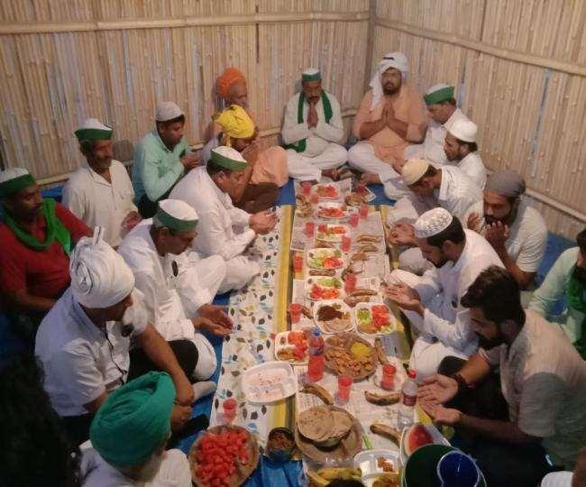 गाजीपुर बॉर्डर पर इफ्तार पार्टी का आयोजन किया गया, जिसमें न तो शारीरिक दूरी दिखी न ही मास्क का प्रयोग।