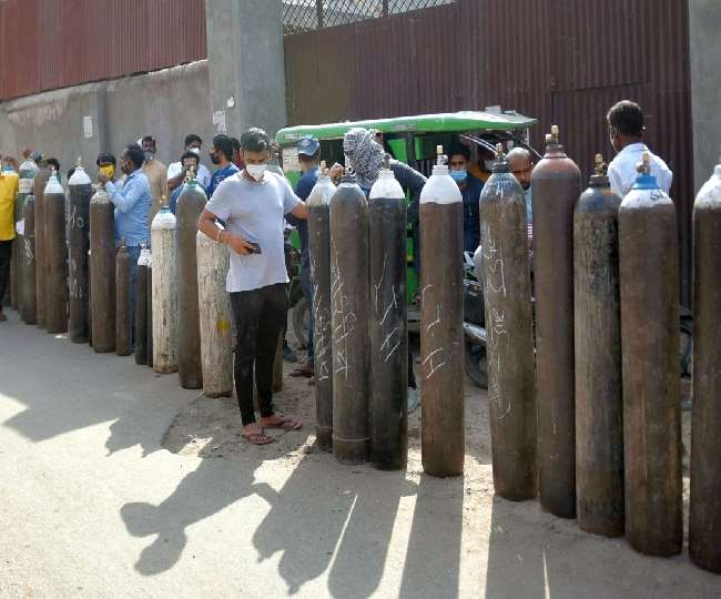 दिल्ली में ऑक्सीजन किल्लत की समस्या अब गंभीर होती जा रही है।