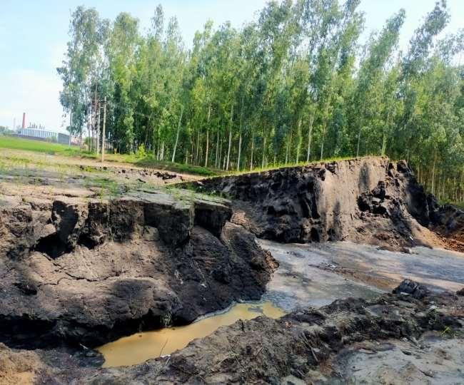हरियाणा के करनाल में इस तरह उठी खेत की जमीन।