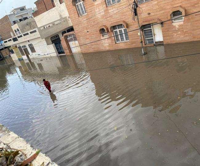 बठिंडा में वीरवार सुबह हुई बारिश के बाद भरा पानी। (जागरण)