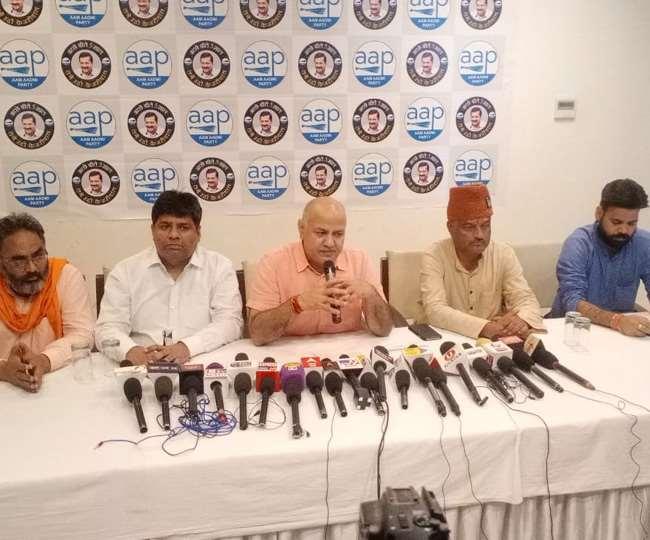 दिल्ली रोड स्थित एक होटल में पत्रकार वार्ता के दौरान आप नेता मनीष सिसोदिया व अन्य।