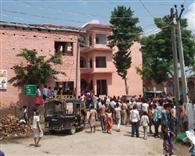 विद्यालय की दूसरी मंजिल से गिरकर छात्र जख्मी, ग्रामीणों ने किया हंगामा