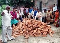 घटिया सामग्री का आरोप लगा ग्रामीणों ने रोका सड़क निर्माण