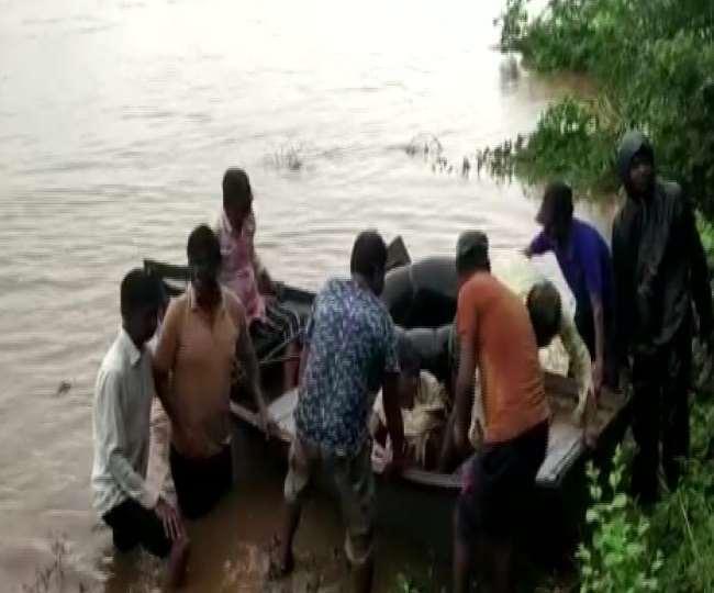 राजस्थान के सिरोही में बाढ़ में फंसे दंपत्ति को स्थानीय प्रशासन ने बचा लिया है। फोटोः एएनआइ