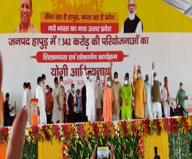 हापुड़ में मुख्यमंत्री योगी आदित्यनाथ समर्थकों का हाथ हिलाकर अभिनंदन करते हुए