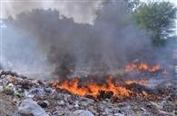 कूड़े के ढेरों में धधकी आग, लोग हुए परेशान