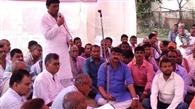 ट्रैक्टर पर व्यवसायिक कर व फिटनेस के विरोध में किसानों का प्रदर्शन